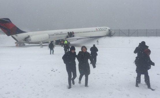 Avião derrapa e bate em cerca após pouso em aeroporto de Nova York