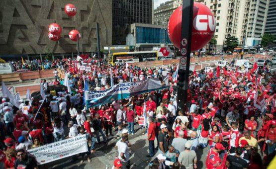 Milhares vão às ruas em defesa de Dilma e Petrobras