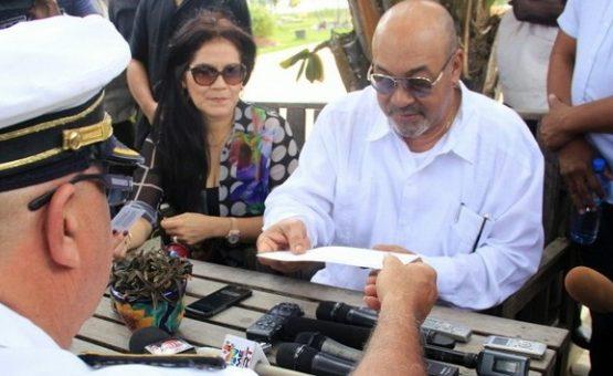 DC Jerry Miranda entregou primeiro cartão de eleitor ao Presidente Bouterse