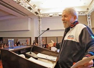 """Lula diz que Dilma está em """"enrascada"""", mas tem seu apoio"""