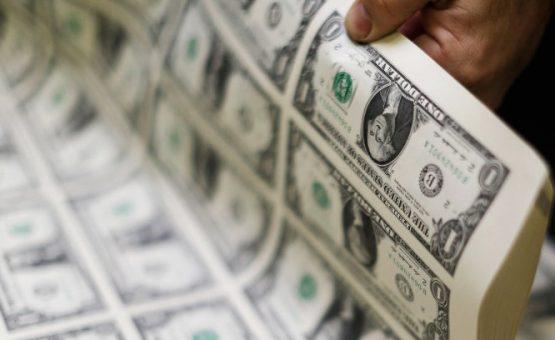Dólar cai e termina o dia abaixo de R$ 3,55, com cenário político no radar