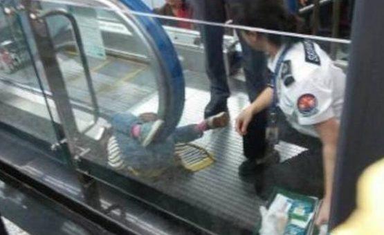 Em mais um acidente na China, criança morre presa na escada rolante do metro