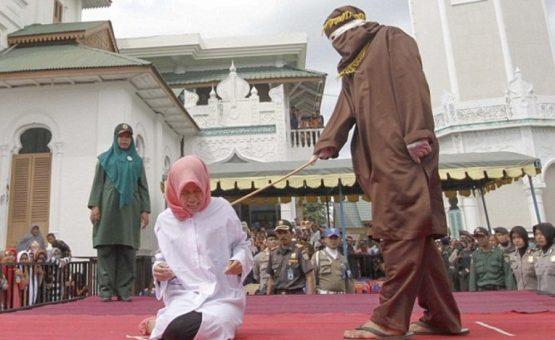 """Mulher é hospitalizada na Indonésia após ser chicoteada por ser vista """"muito perto"""" de um homem"""