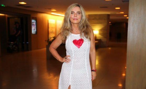 Bruna Lombardi usa vestido com fenda em pré-estreia de cinema em SP