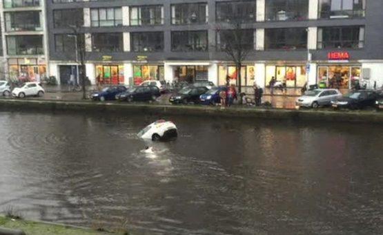 Mãe e filho são salvos após carro cair em canal de Amsterdã ( Assista o Vídeo )