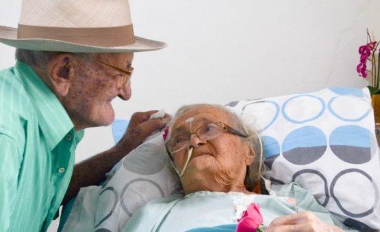 Após 80 anos de casamento, idosa com Alzheimer só reconhece marido