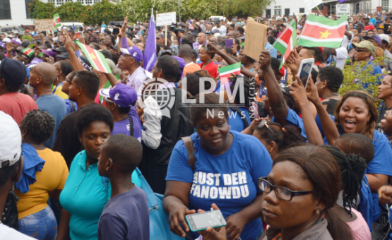 Grupos de apoio ao presidente Desi Bouterse gritam palavras de ordem na praça da Independência ( Fotos )
