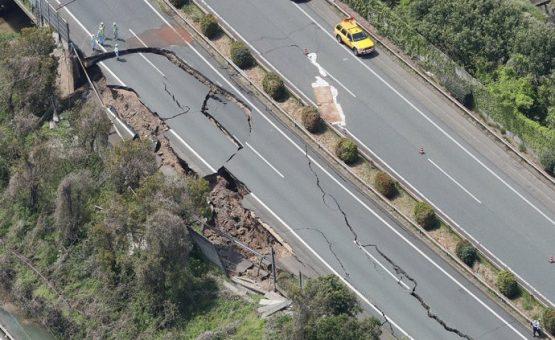 Japão esvazia milhares de casas após terremoto; buscas por sobreviventes continuam