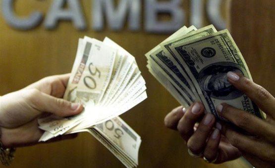Após disparar quase 5%, dólar perde força e termina o dia em alta de 0,63%