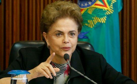 Dilma descarta renúncia: 'Não vou ficar debaixo do tapete'
