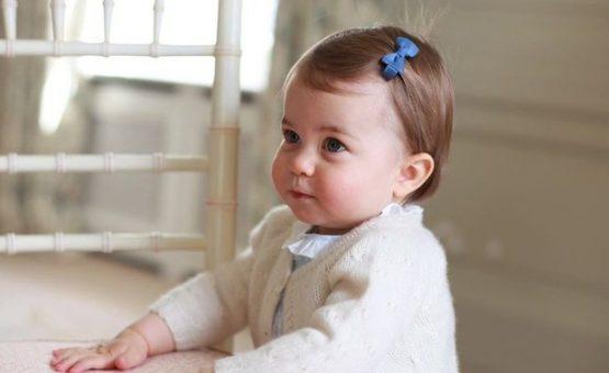 Às vésperas do 1º aniversário, família divulga fotos da princesa Charlotte