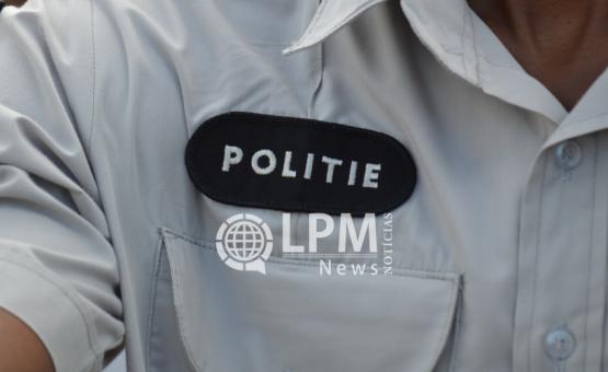 Bêbada rasga uniforme de agente policial