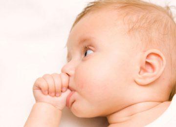 Roer as unhas e chupar o dedo afasta as crianças das alergias