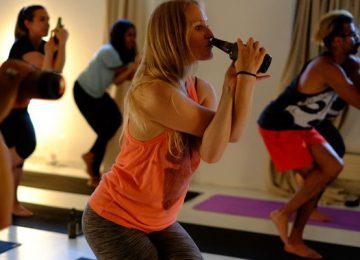 Conheça a Beer Yoga, o exercício que você faz bebendo cerveja