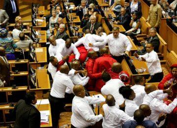 Parlamentares e seguranças trocam agressões na África do Sul