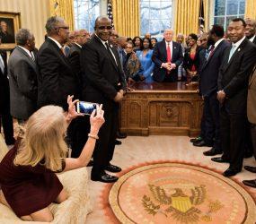 Assessora de Trump é criticada por sentar com os pés sobre um sofá do Salão Oval
