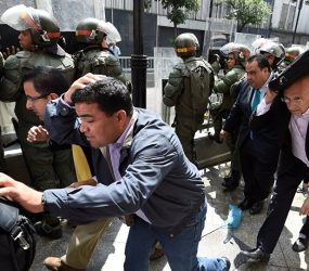 Venezuela: deputados de oposição são agredidos em protestos