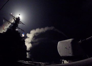 EUA lançam dezenas de mísseis contra a Síria em resposta a ataque químico