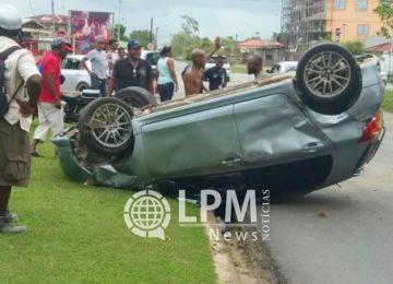 Motorista perde controle e capota veículo na Jaggernath Lachmonstraat (Fotos)