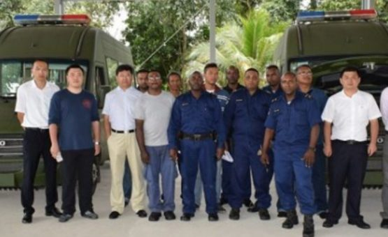 China faz doação de dois veículos para a polícia do Suriname