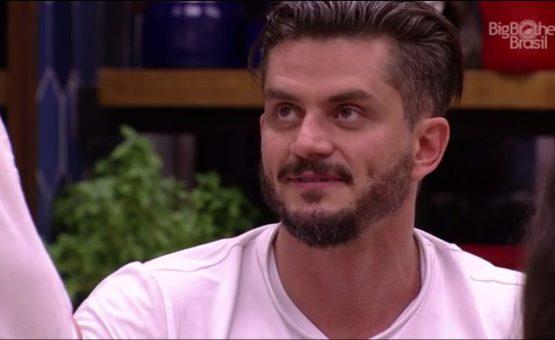 Globo anuncia expulsão de Marcos do 'BBB 17'