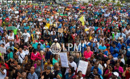 Manifestantes tomam as ruas de Paramaribo para protestar contra a política econômica do governo (Fotos e Vídeo)