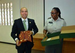 Delegado da Polícia Federal brasileira recebe homenagem do Corpo de Polícia do Suriname