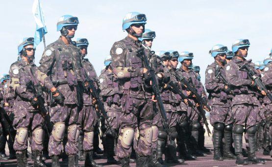 Após distúrbios, Maduro ordena militarizar fronteira com Colômbia