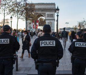 Paris: polícia atira em homem que atacou oficial com martelo