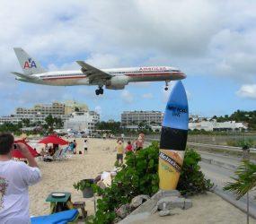 Praia onde aviões passam 'raspando' faz primeira vítima fatal