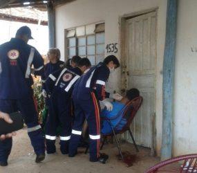 Encapuzados executam na frente de duas crianças