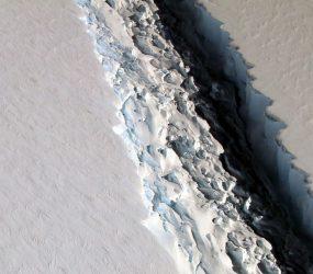 Iceberg gigante que se soltou da Antártida está se fragmentando