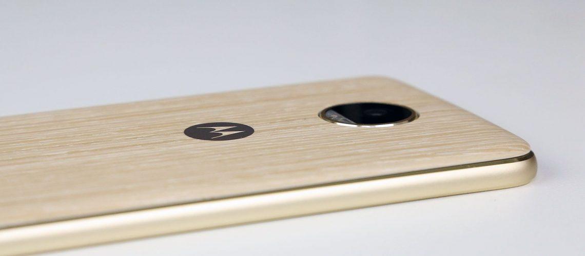 Moto Z2 Play vs Galaxy A7: quem vence?