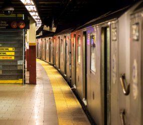 Brasileira que perdeu um braço e uma perna processa metrô dos EUA: 'Viraram as costas para a segurança'