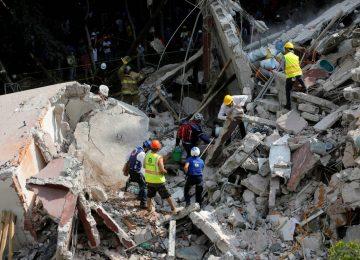 Equipes de resgate localizam menina com vida sob escombros de escola no México