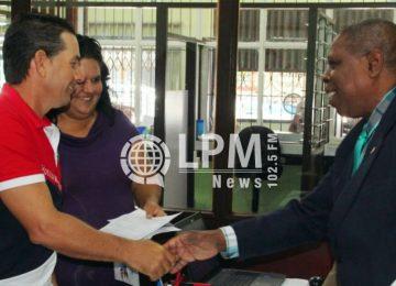 Ministro da JUSPOL entrega permanências para estrangeiros no Suriname (Veja as fotos)