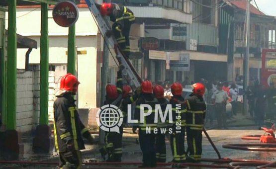 Bombeiros conseguem impedir que duas casas fossem destruidas pelo fogo em Paramaribo (Fotos)
