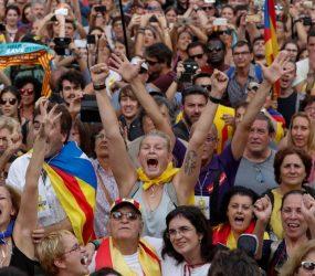 Senado espanhol aprova intervenção na Catalunha logo após Parlamento regional confirmar início do processo de independência