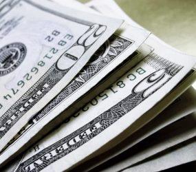 Dólar tem leve queda ante real com temores sobre cenário político