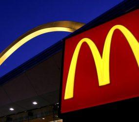Justiça decide que atendente do McDonald's que ficou nua após suspeita de furto seja indenizada em R$ 30 mil