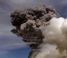 Fumaça de vulcão força cancelamento de 28 voos em Bali, na Indonésia