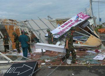 Tufão no Vietnã mata mais de 60 pessoas e ameaça represas