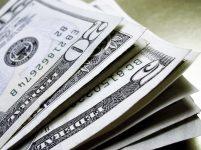Dólar opera em queda, no patamar de R$ 3,75, com exterior e cenário eleitoral