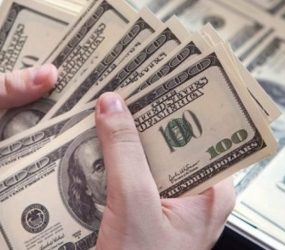 Dólar volta a rondar máxima, e chega a R$ 4,18