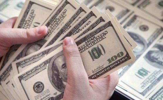 Dólar recua em dia de julgamento de Lula