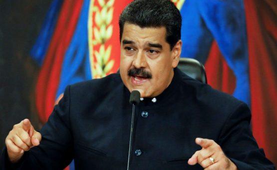Venezuelanos protestam por falta de pernil na ceia. Maduro fala sobre sabotagem.