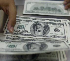 Dólar cai 0,46% com BC, mas mantém cautela com Previdência