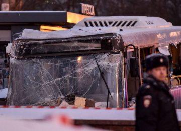 Ônibus invade estação de metrô e mata 5 pessoas em Moscou