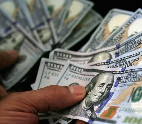 Dólar fecha em alta com incerteza eleitoral