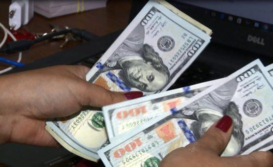 Dólar sobe quase 1% e vai acima de R$ 3,90, de olho em cenário externo